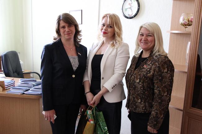 Поздравление многодетной матери (в центре) - сотрудника Секретариата Палаты представителей